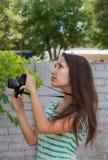 Femmes prenant des photos sur la nature Photos stock