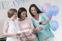 Femmes prenant l'autoportrait à une fête de naissance Images stock
