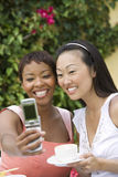 Femmes prenant l'autoportrait par le téléphone portable Photos libres de droits