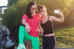 Femmes prenant la photo d'elle-même, selfie aux vacances heureuses d'image de mode de vie de plage de filles ensoleillées de meil Photographie stock