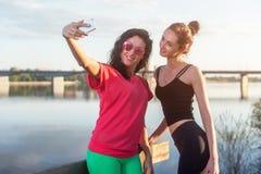 Femmes prenant la photo d'elle-même, selfie aux vacances heureuses d'image de mode de vie de plage de filles ensoleillées de meil Photographie stock libre de droits