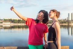 Femmes prenant la photo d'elle-même, selfie aux vacances heureuses d'image de mode de vie de plage de filles ensoleillées de meil Images stock