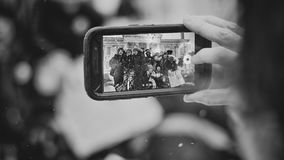 Femmes prenant la photo des étudiants Image stock