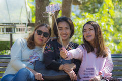 Femmes prenant le selfie Photo stock
