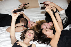 Femmes prenant le selfie sur le lit Images stock