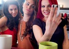 Femmes prenant Selfie avec le téléphone portable Photo libre de droits