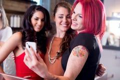 Femmes prenant Selfie avec le téléphone portable Photos stock