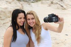 Femmes prenant un autoportrait Photos stock
