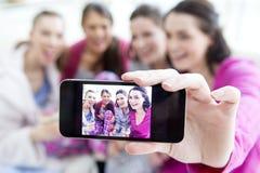 Femmes prenant un selfie Photo stock