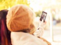 Femmes prenant un selfie en parc d'automne Photographie stock