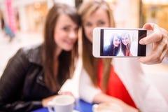 Femmes prenant un selfie tout en ayant le café Photos stock