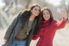 Femmes prenant une photo avec le téléphone portable Photo libre de droits