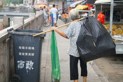 Femmes qui prennent les déchets image stock