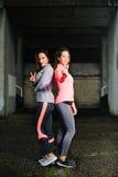 Femmes réussies de forme physique sous la pluie Image stock