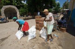 Femmes rassemblant des rations Photos stock