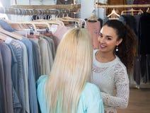 Femmes recherchant de nouveaux vêtements Photo stock