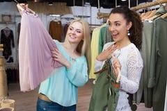 Femmes recherchant de nouveaux vêtements Image stock