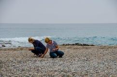 Femmes recherchant des coquilles sur le rivage de la mer Méditerranée sur la plage des morts d'Almeria Photographie stock libre de droits