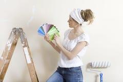 Femmes recherchant la couleur de mur Photos stock