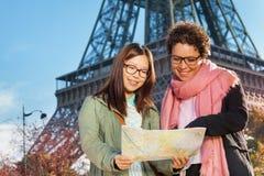 Femmes recherchant la direction sur la carte de site Photo stock