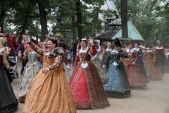 Femmes rectifiés dans des costumes médiévaux Photos stock