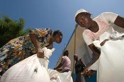 Femmes recueillant des rations Photos libres de droits
