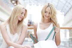 Femmes regardant dans le panier Images stock
