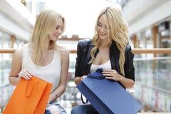 Femmes regardant dans le panier Photos stock
