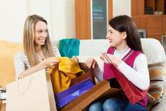 Femmes regardant des achats Photographie stock