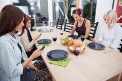 Femmes regardant des téléphones portables Photos stock