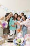 Femmes regardant l'appareil-photo une fête de naissance Image libre de droits