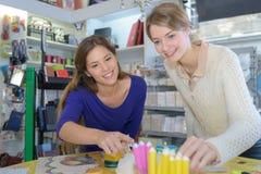 Femmes regardant les crayons des enfants dans le magasin de papeterie photo libre de droits