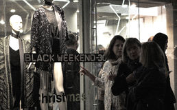 Femmes regardant un devanture de magasin pendant le Black Friday Images libres de droits