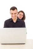 Femmes remarquant sur les hommes tout en causant au-dessus de l'Internet Photographie stock libre de droits