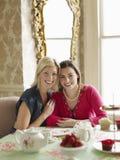 Femmes reposant la table de salle à manger Photo libre de droits