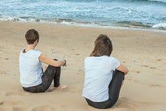 Femmes reposant le sourire par la plage Image libre de droits