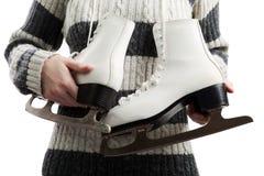Femmes retenant des patins de glace images stock