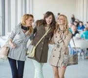 Femmes riantes et la journée de printemps Photographie stock