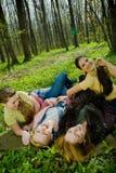femmes riants dans la forêt Image stock
