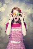Femmes rousses avec des biscuits Photos stock