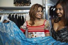 Femmes sélectionnant une robe dans le magasin Photographie stock libre de droits