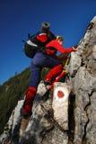 femmes s'élevants de la Roumanie de roche d'alpinisme Photos libres de droits