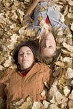 Femmes s'étendant dans des lames Photo stock