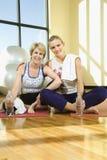 Femmes s'asseyant et souriant à la gymnastique Photos libres de droits
