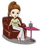 Femmes s'asseyant le temps de sofa et de café Photographie stock