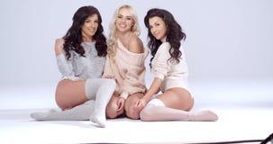 Femmes s'asseyant sur le plancher dans les chemises et les sous-vêtements banque de vidéos