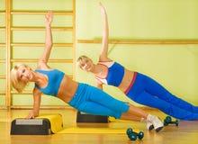 Femmes s'exerçant dans le club de forme physique Images stock