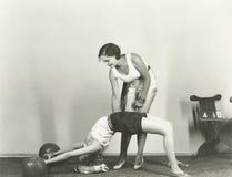 Femmes s'exerçant dans le gymnase photo stock