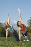 Femmes s'exerçant en parc Photographie stock