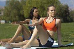 Femmes s'exerçant en parc Photos stock